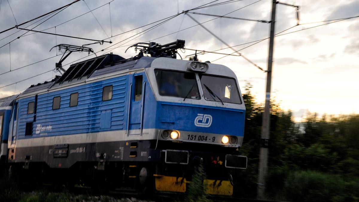 Útočník napadl ve vlaku na Zlínsku cestující i průvodčího, hrozí mu tři roky