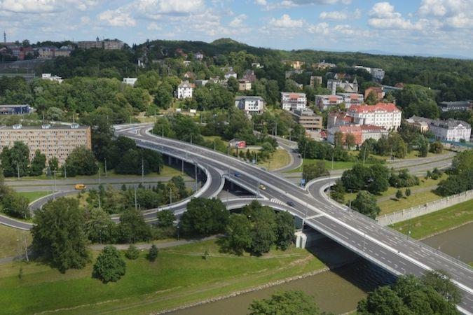 Estakáda 30. června. Pod mosty protéká řeka Ostravice.