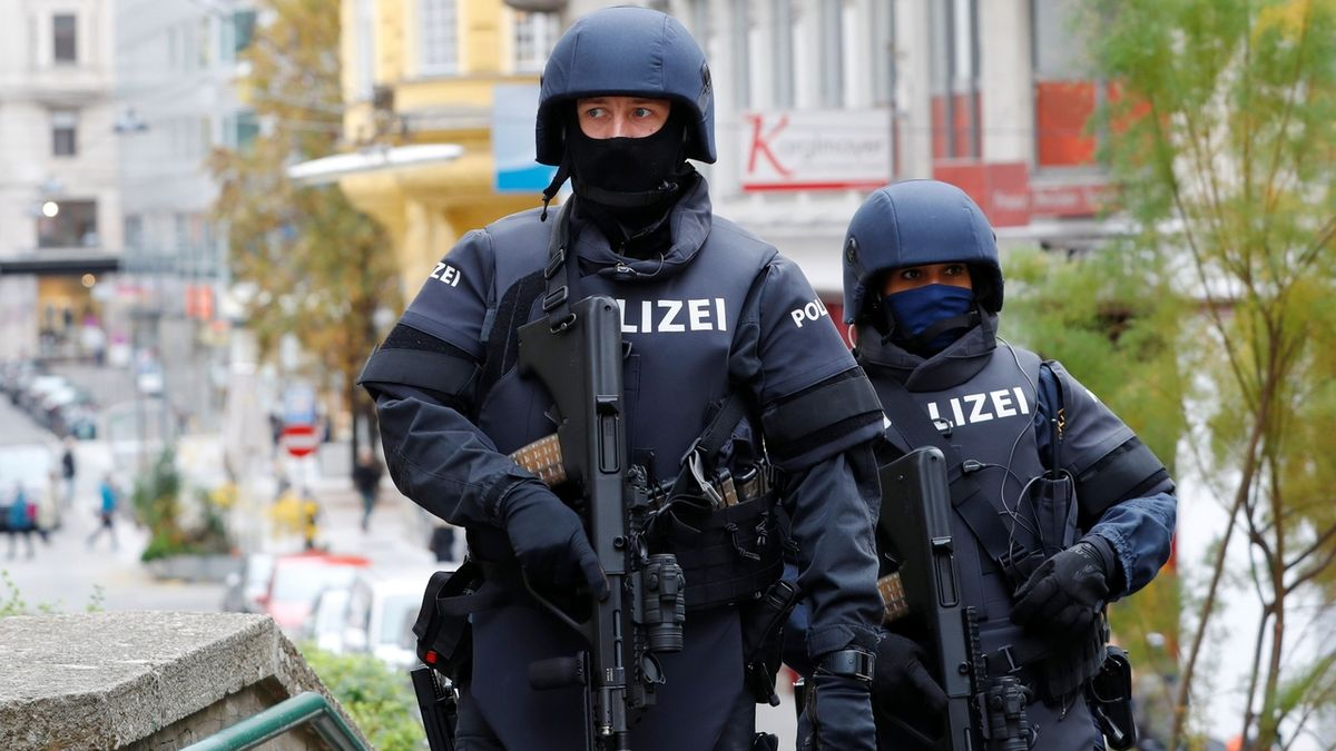 Při vyšetřování atentátu ve Vídni zatkla policie dvě osoby