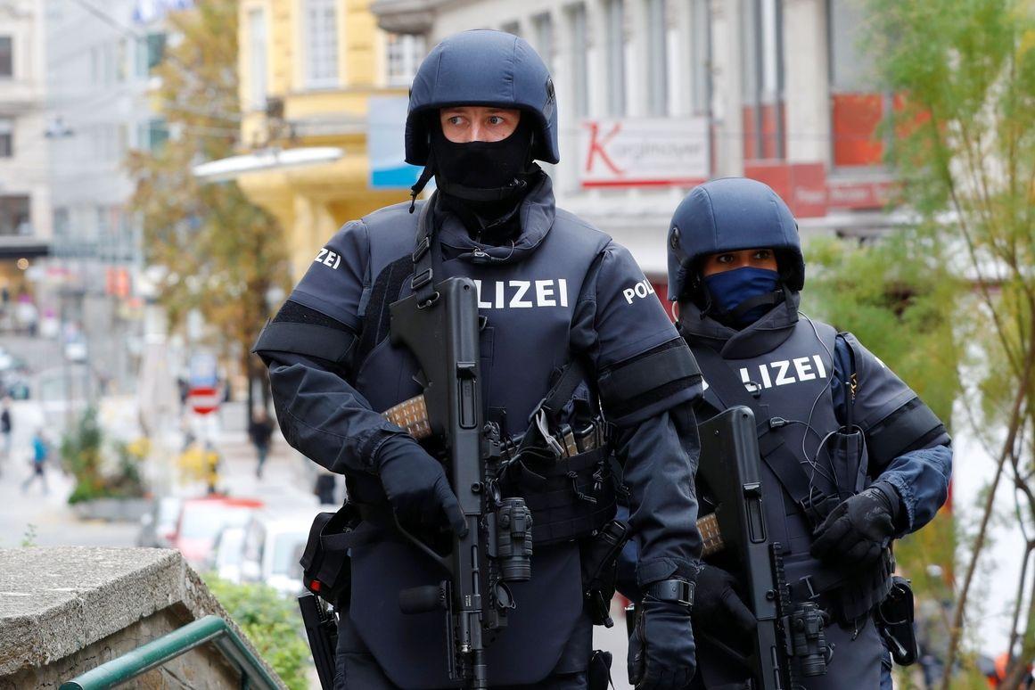 Rakouští policisté hlídkují po útoku ve Vídni