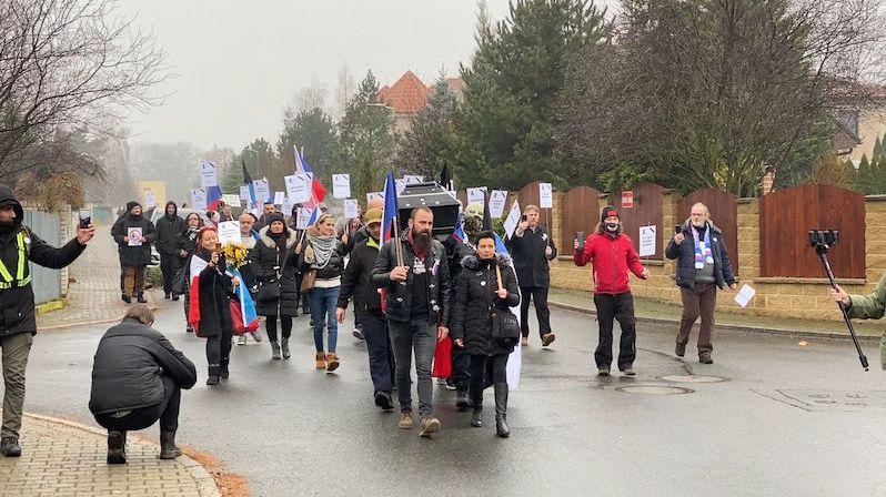 Desítky demonstrantů přinesly rakev před dům Andreje Babiše