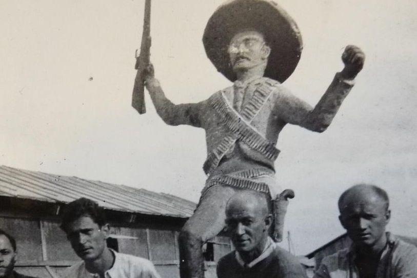 Osvald Závodský (zcela vpravo) po španělské občanské válce ve francouzském internačním táboře Gurs, 1939