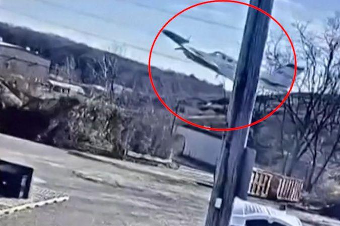 BEZ KOMENTÁŘE: Bezpečnostní kamera zachytila, jak se letadlo řítí k zemi