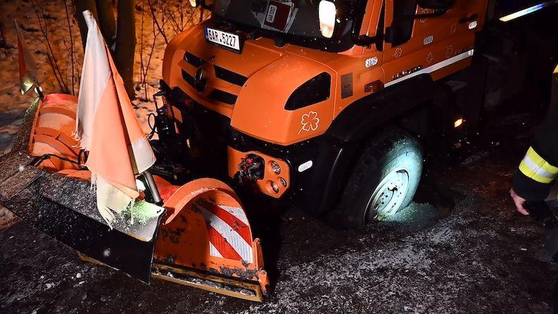 Pod sypačem v Praze se propadla silnice