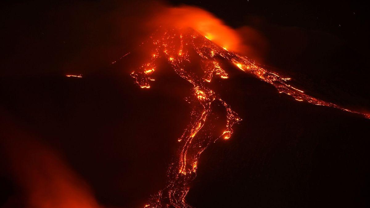 Z Etny stoupá mohutný dým, na Sicílii uzavřeli letiště