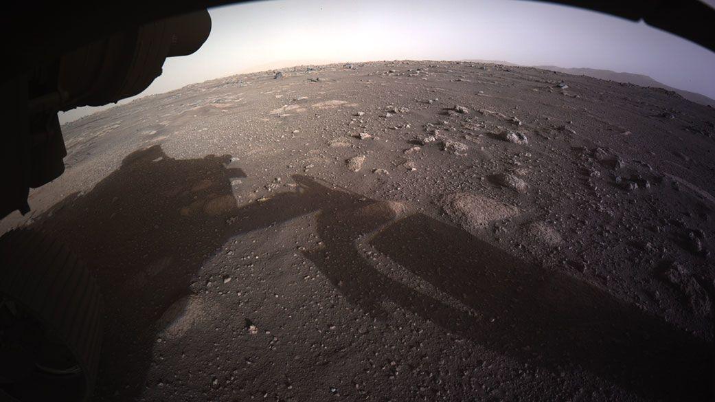 NASA zveřejnila první barevné fotky Marsu