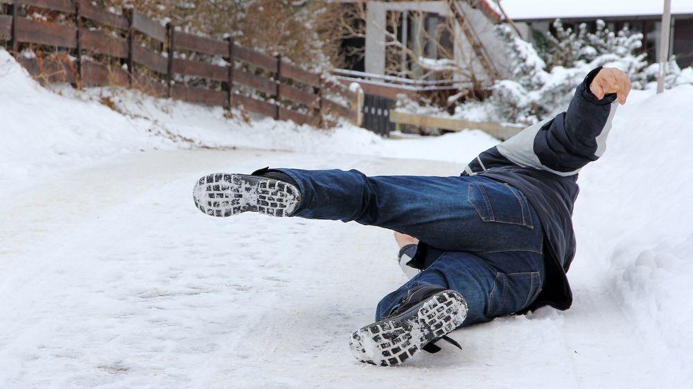Neuklizený chodník i pád sněhu ze střechy: Kdo odpovídá za škody