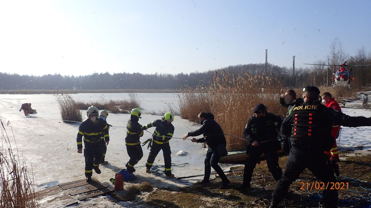Hasiči vytáhli z rybníka na Karvinsku dva lidi