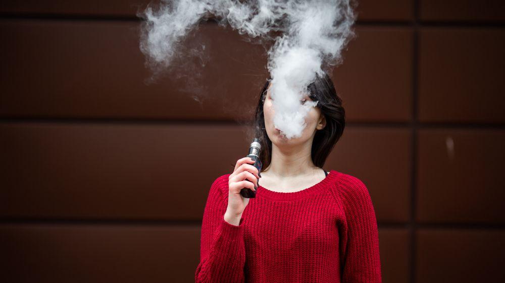 Kouříte e-cigarety? Covid šíříte mnohem snáz, tvrdí studie