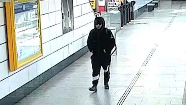 Podezřelého muže zachytily bezpečnostní kamery v metru.