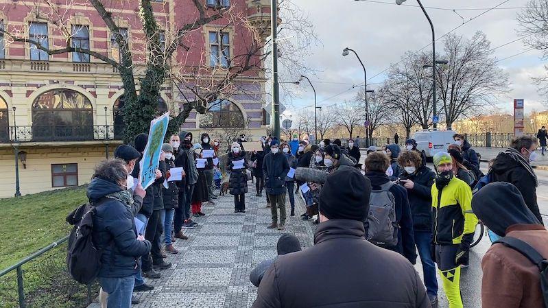 Nekácejte javor u Karlových lázní, protestovala skupina lidí v centru Prahy