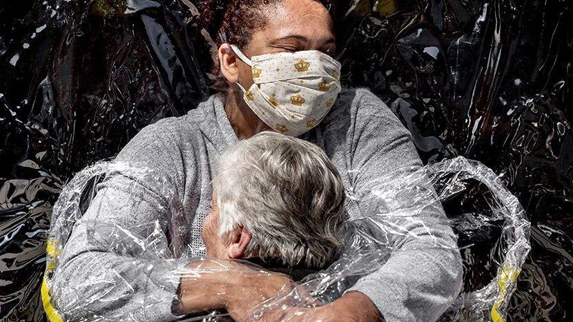 World Press Photo vyhrál snímek objetí přes plastovou fólii