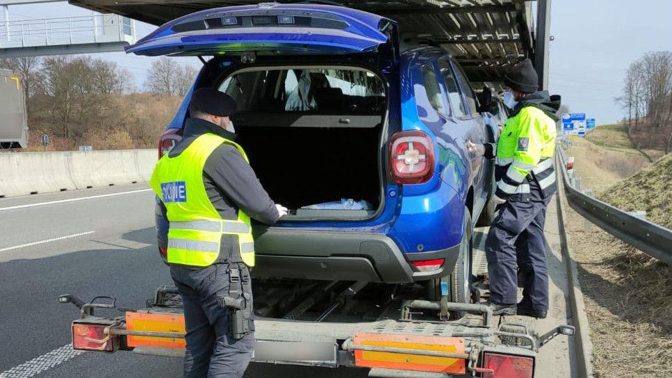 Policie našla na D1 migranty v nových autech naložených na kamionech