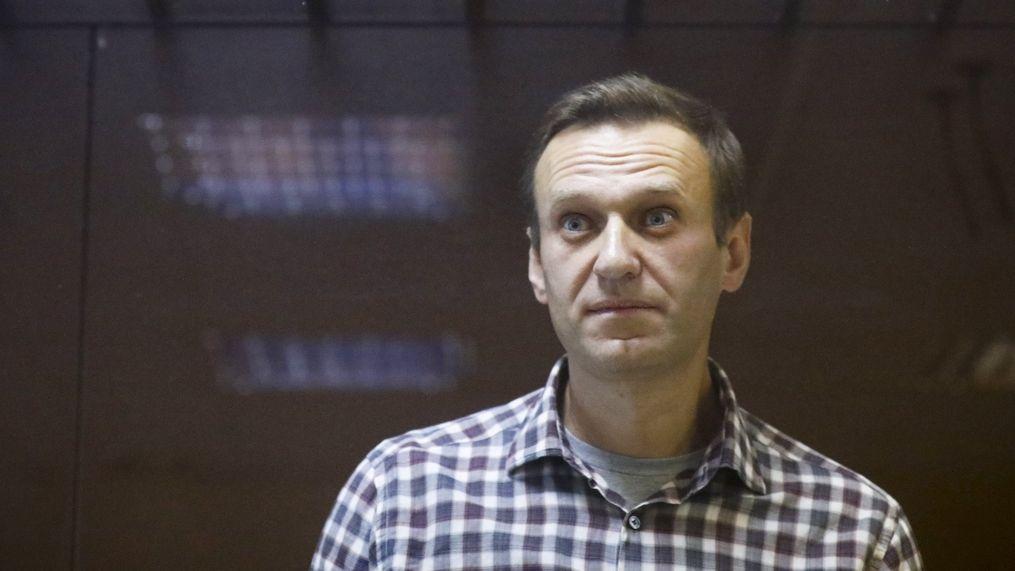 Navalnyj je v kritickém stavu a hrozí mu selhání ledvin, tvrdí lékaři