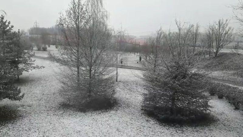 Sníh komplikuje dopravu, místy napadlo až 10 centimetrů