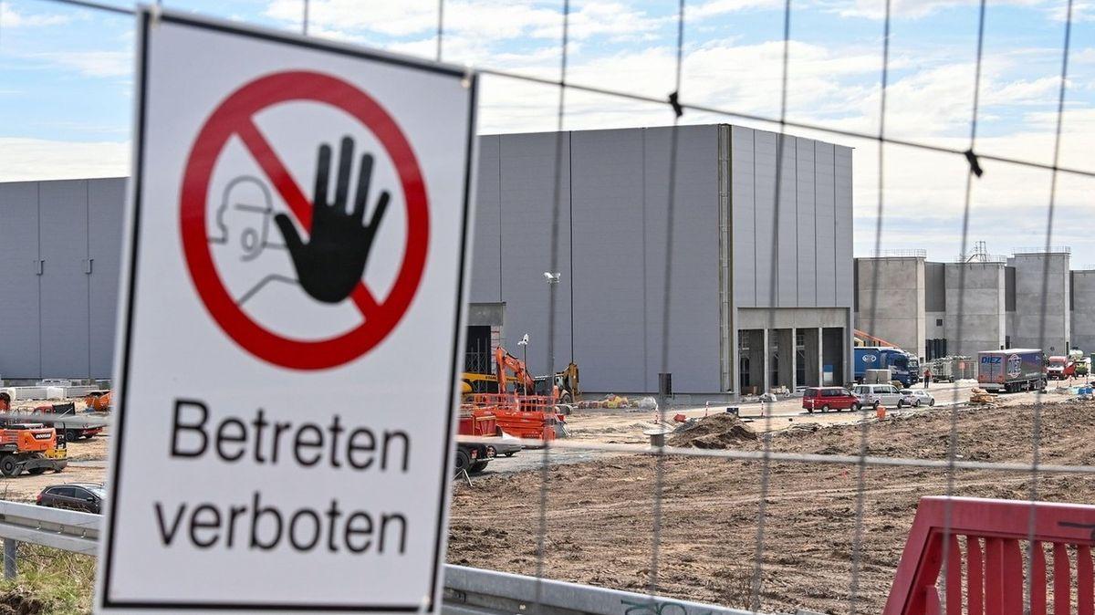 Byrokracie v Německu je obzvlášť iritující, kritizuje Tesla před otevřením gigatovárny