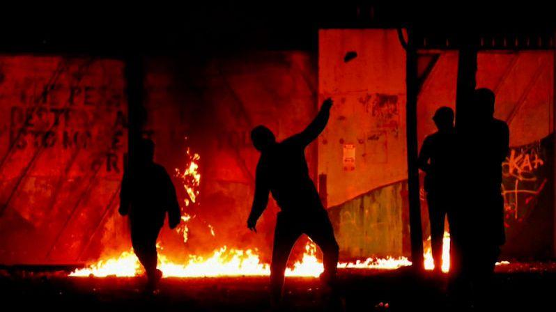 Belfast opět v plamenech. Zakročte, než někdo zemře, vyzval irský ministr