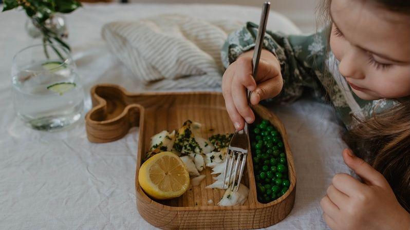 Dětské dřevěné talířky jsou ideální pro servírování zdravé stravy v přírodním stylu