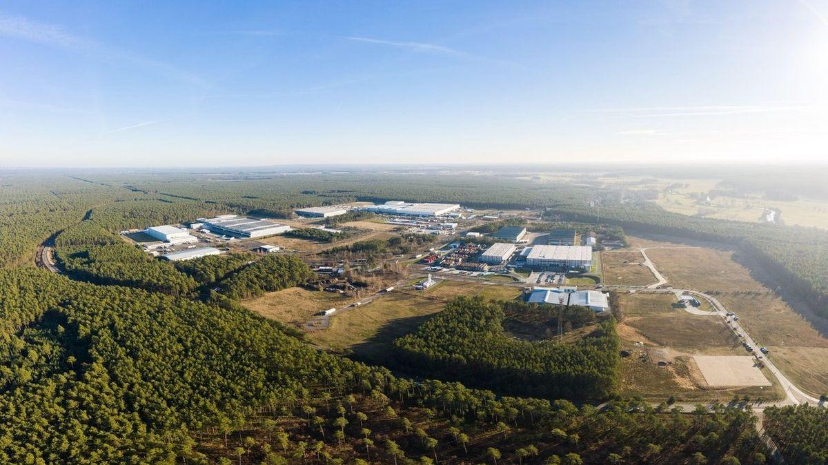 Tesly z německé továrny začnou sjíždět až příští rok, automobilka má zpoždění