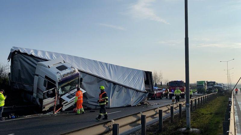 Kamion na Pražském okruhu natlačil dodávku na svodidla, okruh stojí