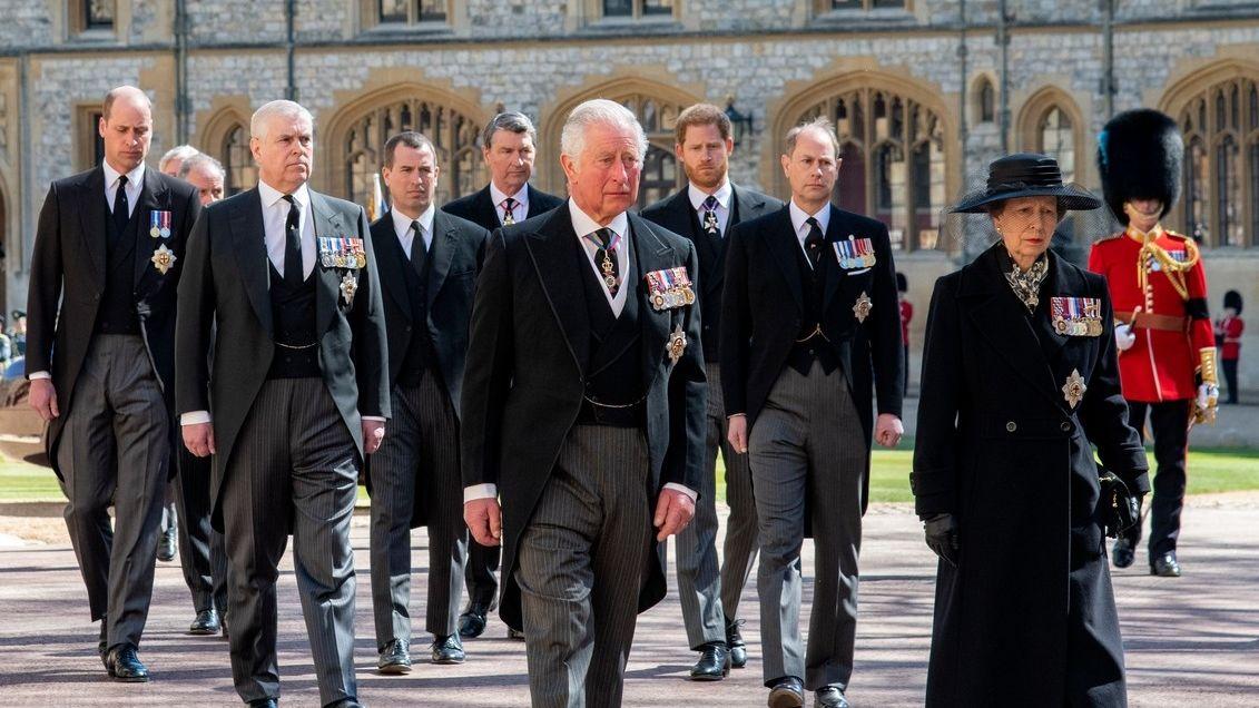 Princ Charles si na soukromý rozhovor s Harrym pozval raději i druhého syna