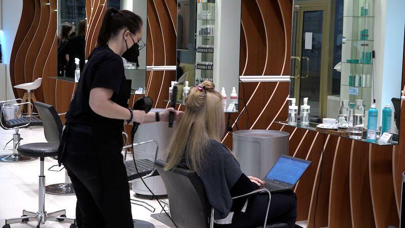 Někteří zákazníci raději nepřijdou, než aby řešili testování, bojí se kadeřníci