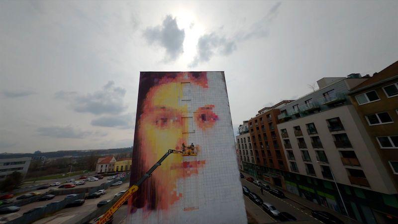 Obří malba zachmuřené dívky v pražských Holešovicích dokáže čistit ovzduší