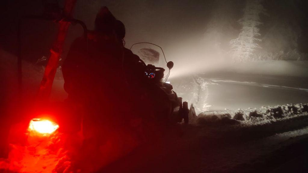 Beskydy zasypal sníh. Horská služba zachraňovala turisty po pás ve sněhu