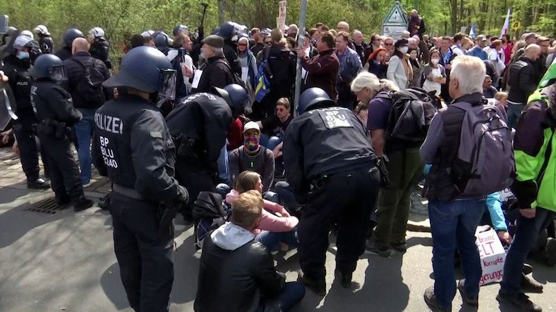 Tisíce lidí v ulicích, uzavřené centrum a policie v pohotovosti. V Berlíně se protestuje