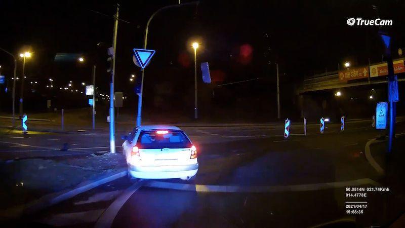 Nezvyklá honička noční Prahou: Řidič zběsile kličkoval, na policisty tasil pepřák