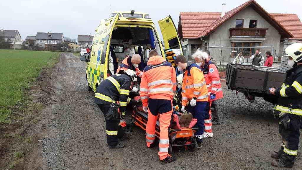 Dělník v Náměšti se zřítil do sklepa rozestavěného domu