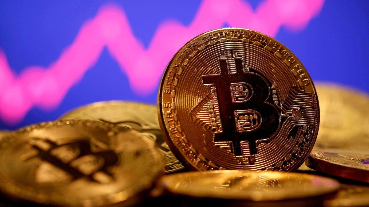 Bude klesat, nebo stoupat? Kurz bitcoinu kolísá okolo 50 000 dolarů