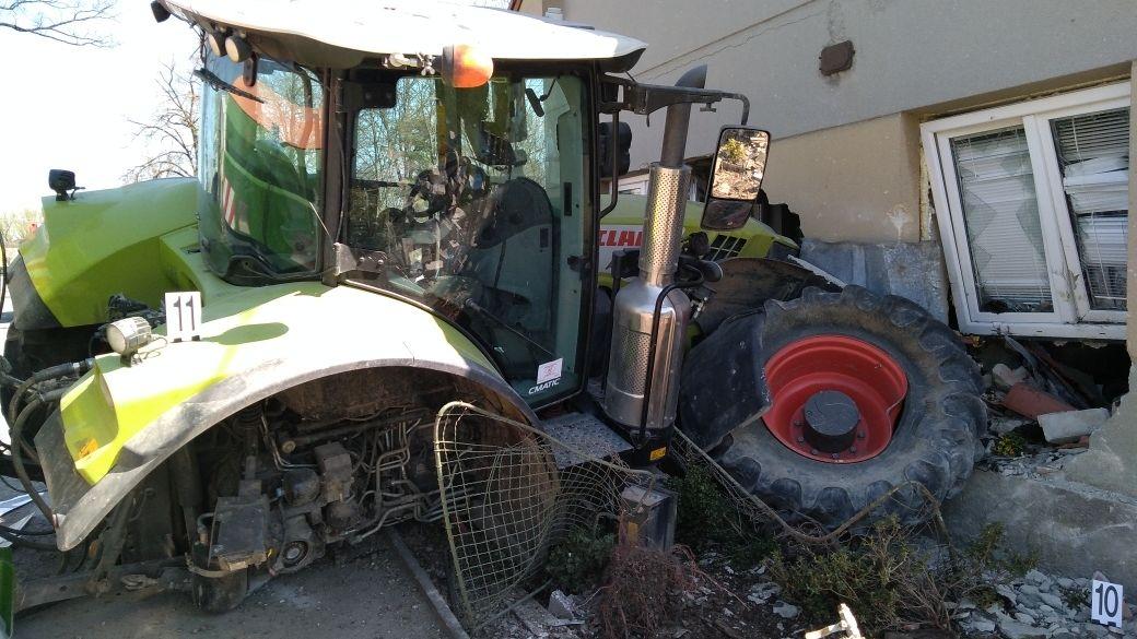 Traktor najel na Pardubicku do domu, zaklíněnou ženu museli vyprostit hasiči