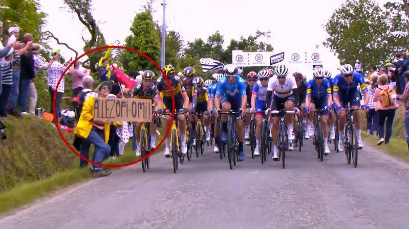 Žena způsobila hromadný pád na Tour de France, hledá ji policie