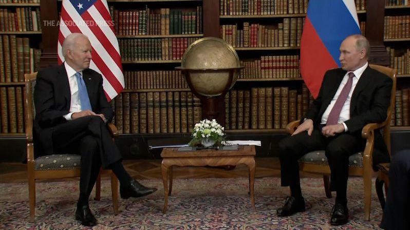Žádný oční kontakt, demonstrace autority. Jak viděl setkání Bidena s Putinem expert na řeč těla