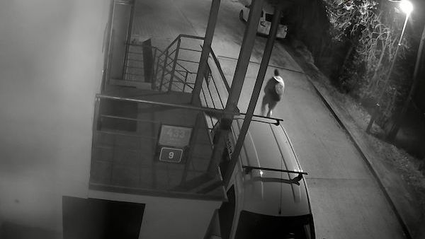 Policie hledá svědka, který se pohyboval kolem shořelé haly v Praze