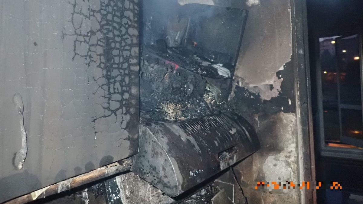 Hasiči z domu v Uherském Brodě evakuovali kvůli požáru 104 lidí. Před domem došlo k potyčce