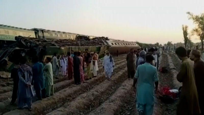 V Pákistánu se srazily dva vlaky. Mrtvých je nejméně 38