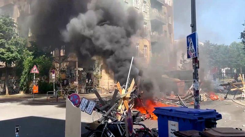 Hořící barikády, Molotovovy koktejly. Berlínští squatteři vzdorují stovkám policistů