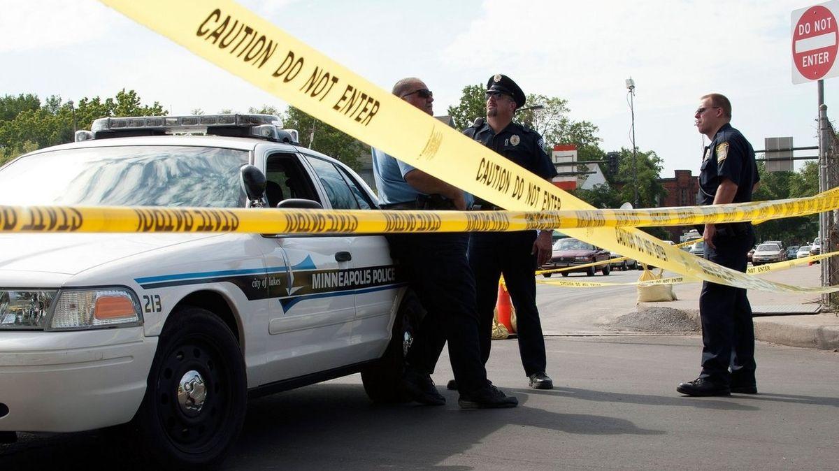 Bankovní lupič v Minnesotě po osmi hodinách vyjednávání propustil pět rukojmí