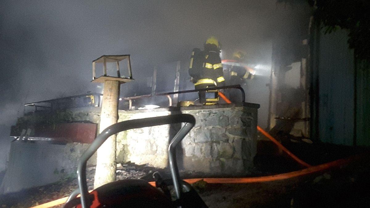 Po požáru chaty v Brně našli hasiči mrtvého člověka