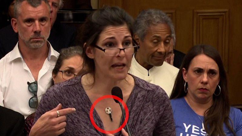 Zdravotní sestra z Ohia zkoušela před komisí dokázat, že je po očkování magnetická