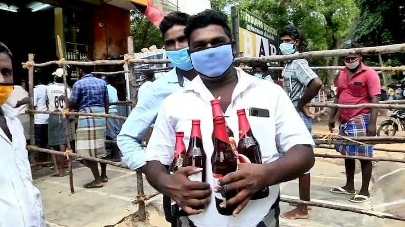 Indové se znovu dočkali alkoholu, k lahvím se šťastně tulili