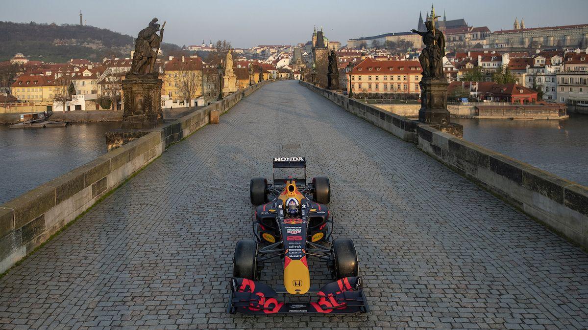 Formule na Karlově mostě budila kritiku, teď má Česko reklamu, jakou předtím nikdo nenatočil
