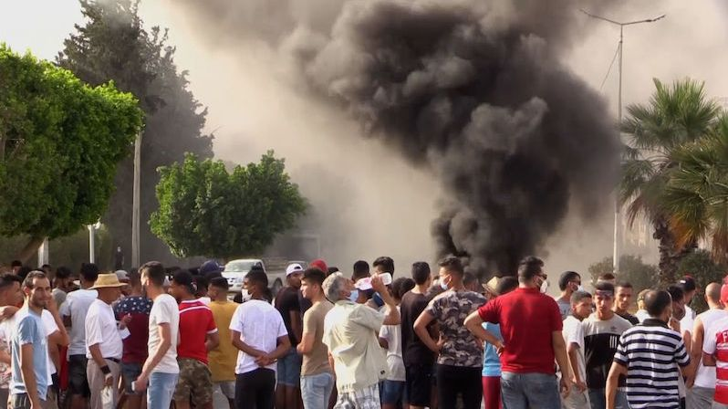 Tuniský parlament po odvolání premiéra obklíčila vojenská vozidla