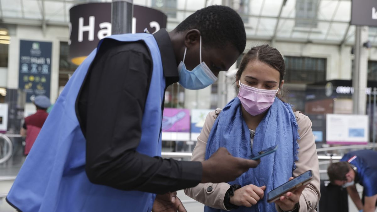 Britové šílí z covidových pasů ve Francii