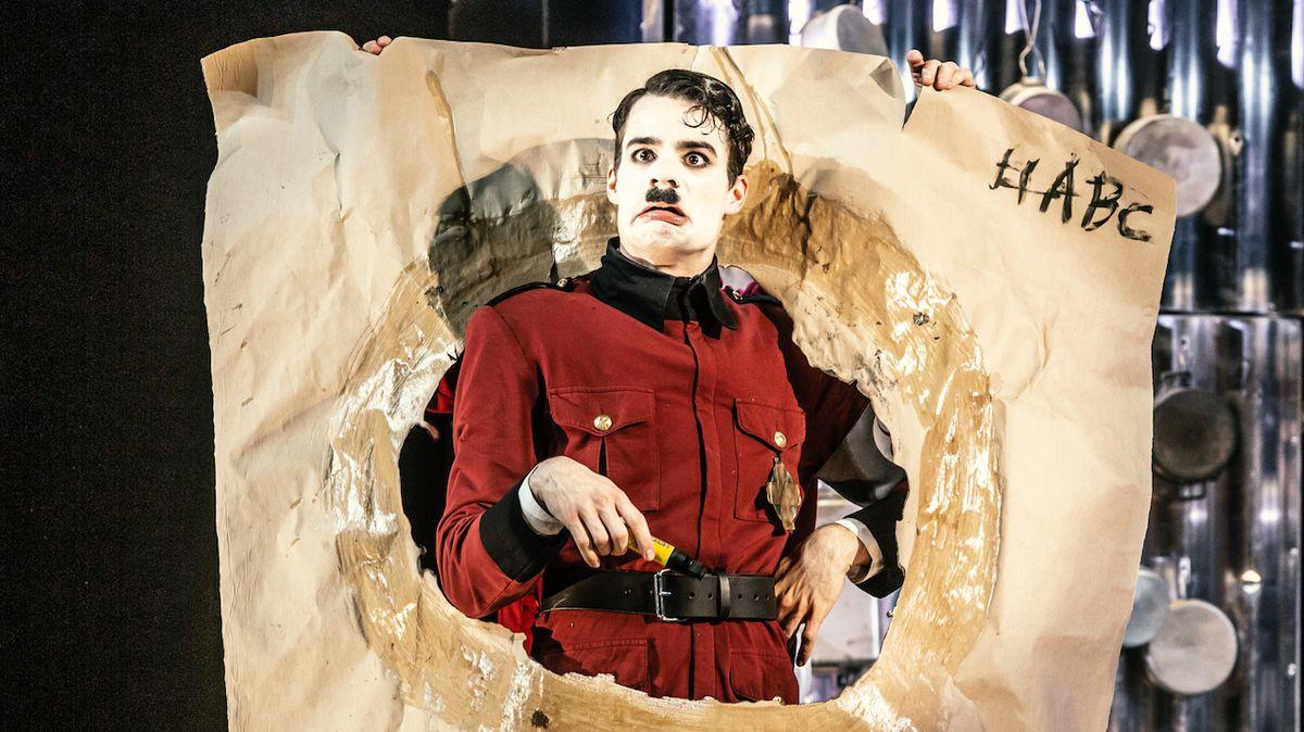 RECENZE: Medvědí služba Chaplinovu Diktátorovi