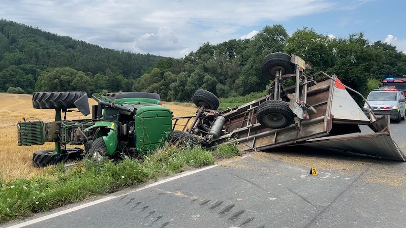 Pod traktorem se utrhla krajnice a převrátil se