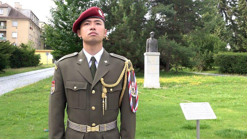 Chci pomoci budovat mosty mezi odlišnými světy, říká voják vietnamského původu Mai