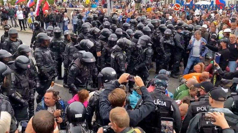 Odpůrci očkování se pokusili blokovat dopravu v Bratislavě
